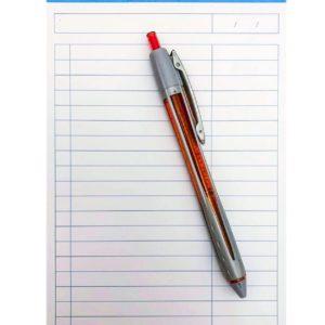 nyitott jegyzet tollal